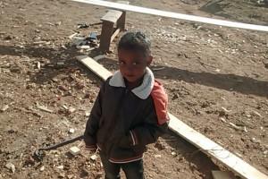 Une future élève qui suit le chantier. Il fait froid en Août à Mada...